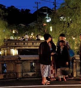 STROLLING THE TOWN IN YUKATA