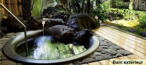 Se relaxer dans un bain thermal privé, loin de la foule