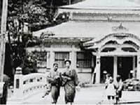 historical picture of Kinosaki Onsen by Mandara Yu