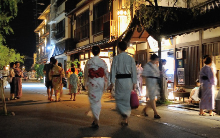 STROLLING THE TOWN IN YUKATA