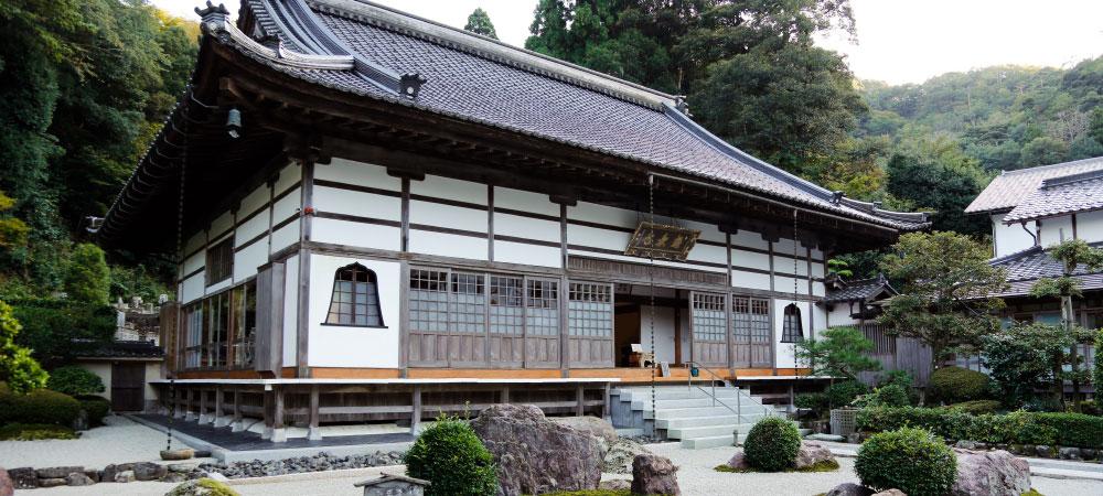 The exterior of Gokurakuji, with Japanese garden