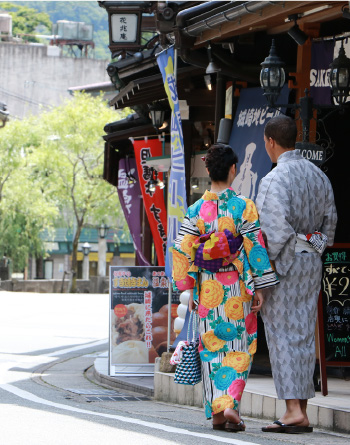 A couple walking the streets of Kinosaki Onsen in colorful Yukata
